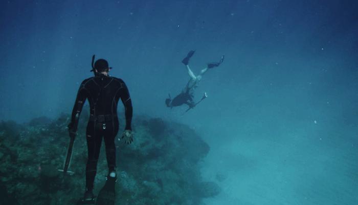 2 person underwater